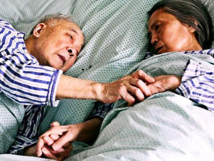 Cặp vợ chồng 90 tuổi và những ngày cuối đời trên giường bệnh: Hãy để tôi nhìn bà thêm chút nữa
