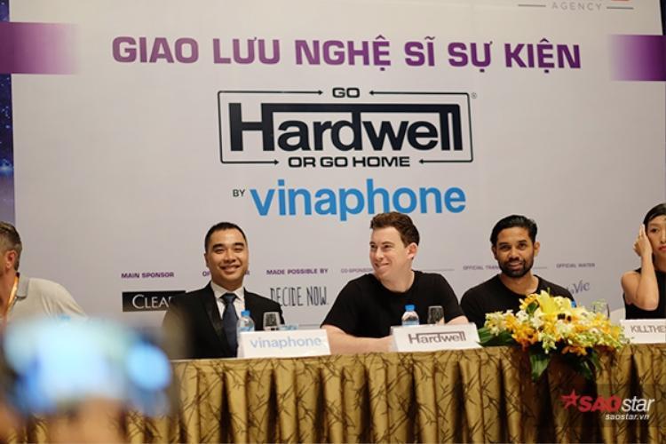 Mặc dù khá mệt sau chuyến bay dài, nhưng DJ Top 3 thế giới vẫn vui vẻ trò chuyện.
