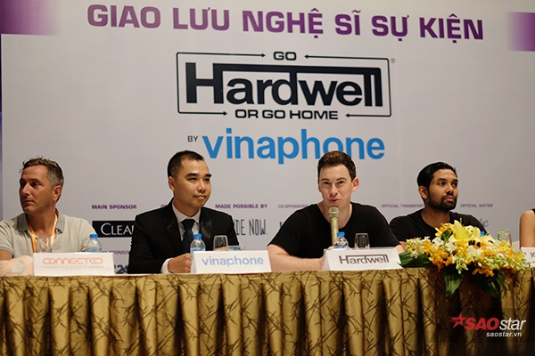 Hardwell trả lời đúng ba câu hỏi của truyền thông VIệt Nam trong buổi họp báo.
