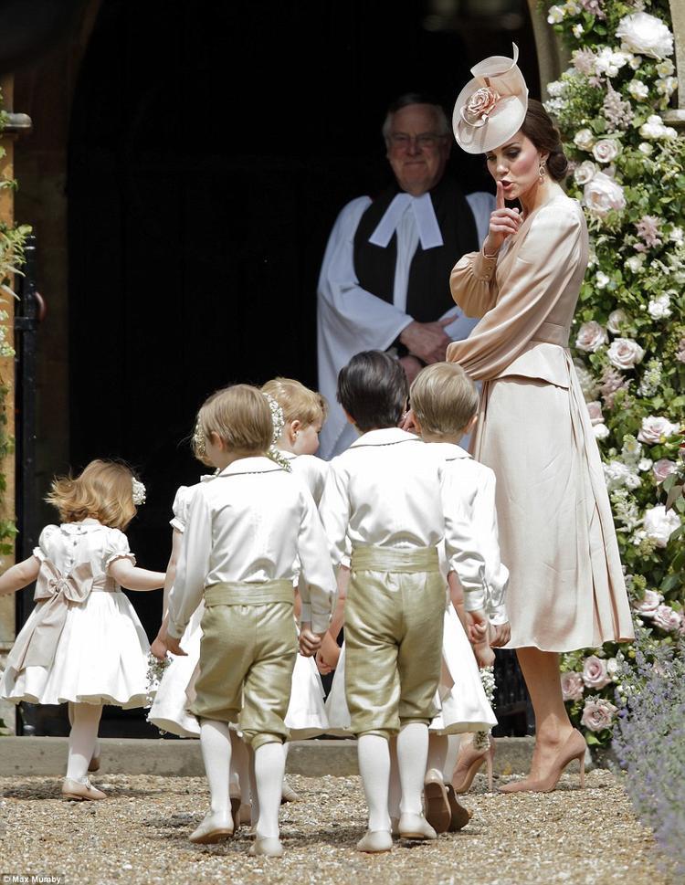 Hoàng tử George, công chúa Charlotte cực đáng yêu tại lễ cưới em gái công nương Kate Middleton