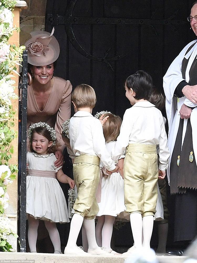 Tiểu công chúa tinh nghịch khiến công nương Kate khá vất vả vì vừa phải chưng diện, vừa phải trông con.