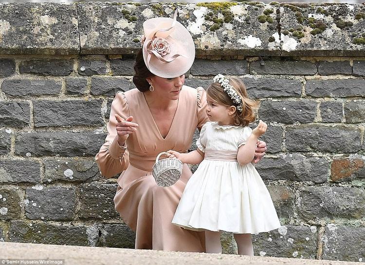 Công chúa nhỏ trong bộ đầm trắng xinh xắn đã chiếm trọn trái tim của toàn bộ quan khách.