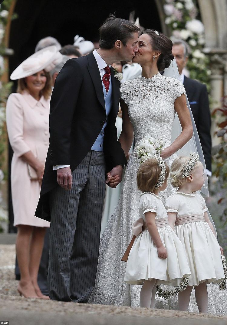 Cô dâu Pippa trao một nụ hôn thật nồng cháy cho hôn phu James Matthews trước truyền thông như lời chính thức tuyên bố cả hai đã về chung một nhà.