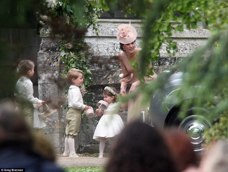 Tuy nhiên, áp lực phải nghiêm chỉnh suốt 1h đồng hồ có lẽ là quá lớn với một cậu bé 3 tuổi, và thế là tiểu hoàng tử đã tỏ ra cáu gắt đến nỗi bị mẹ mắng cho một trận phát khóc.