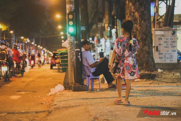 Hành trình rong ruổi mưu sinh của Tú nhỏ: Cô học trò lề đường đáng yêu