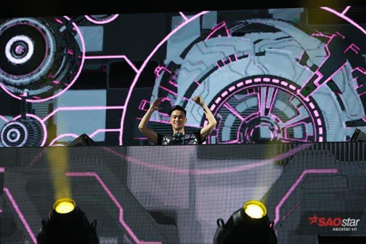 Slim V chứng tỏ đẳng cấp một trong những DJ nổi tiếng của Việt Nam.