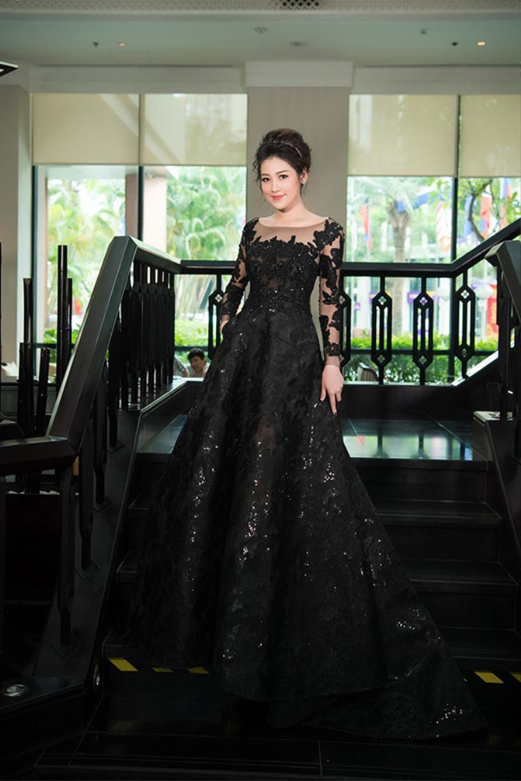 Á Hậu Tú Anh cũng xuất hiện lộng lẫy với một thiết kế đen tuyền của người bạn thân - NTK Nguyễn Thu Thùy được làm riêng cho cô nàng.