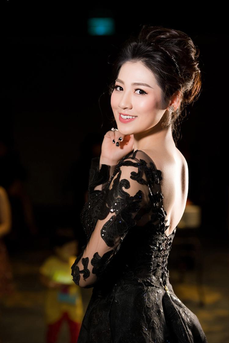 Với làn da trắng và vóc dáng thon gọn, người đẹp họ Dương khoe sắc rực rỡ trong chiếc đầm đuôi cá thu hút sự chú ý của quan khách tại sự kiện.