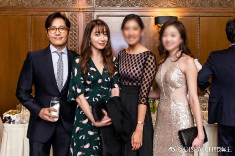 Vợ chồng Lee Byung Hun tay trong tay hạnh phúc sau lùm xùm trăng hoa