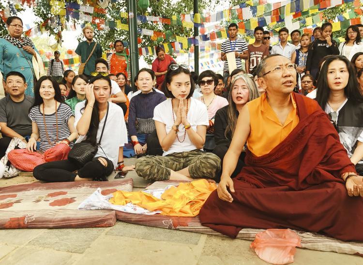 Ngô Thanh Vân và hơn 100 doanh nhân trên toàn thế giới đã có cơ hội tham dự vào một buổi lễ đọc cuốn kinh Phật dưới tán cây bồ đề cùng hơn 100 vị Tăng nơi đây.