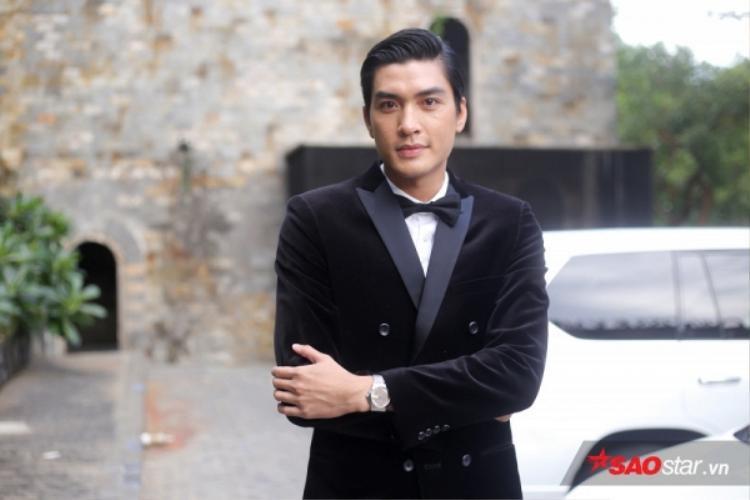 Bộ suit truyền thống khiến Quang Đại trông lịch lãm vô cùng.