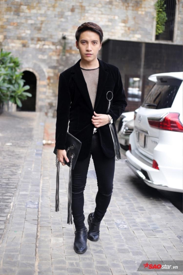 Stylist Kye Nguyễn diện áo lưới phá cách trên tổng thể gam đen cá tính với điểm nhấn đến từ chiếc clutch đính kết tua rua cùng mẫu khuyên tròn độc đáo.