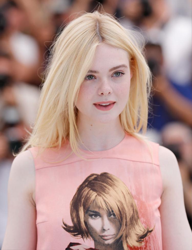 Elle Fanning xinh lung linh trên thảm đỏ Cannes trong một bộ cánh khác.