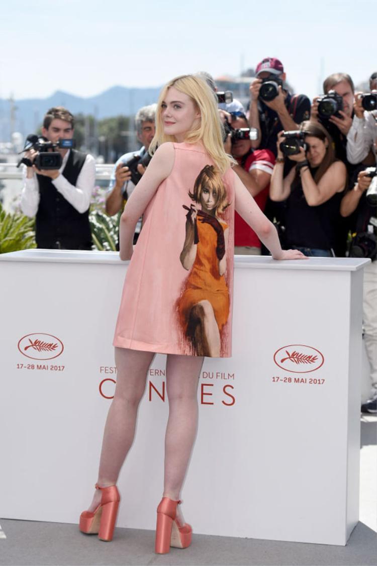 Nữ diễn viên 19 tuổi vô cùng tinh tế trong thiết kế của Prada kết hợp cùng mẫu giày đế thô.