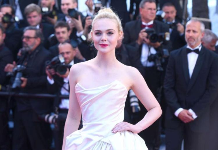 Elle Fanning xứng đáng là mỹ nhân đẹp nhất nhì thảm đỏ Cannes 2017.