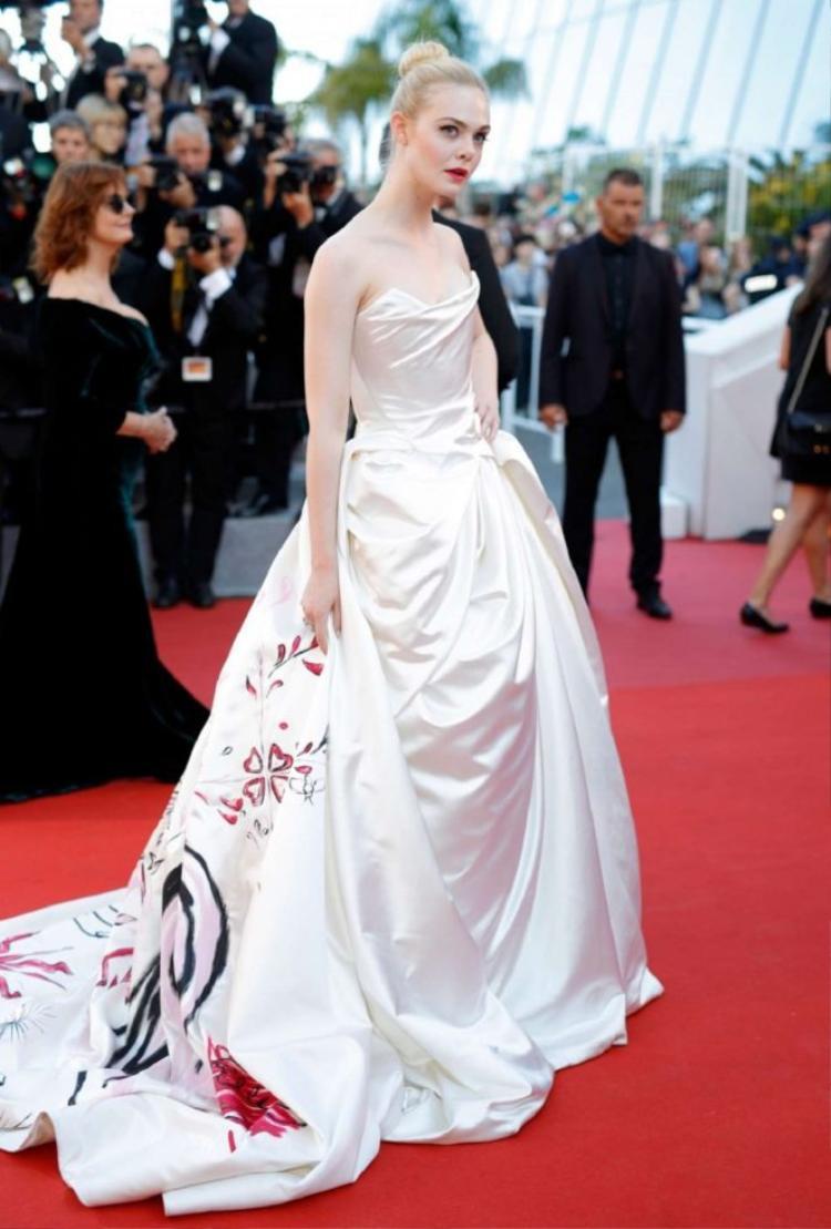 Cô nàng đẹp kiêu sa trong chiếc đầm công chúa lộng lẫy tinh khôi.
