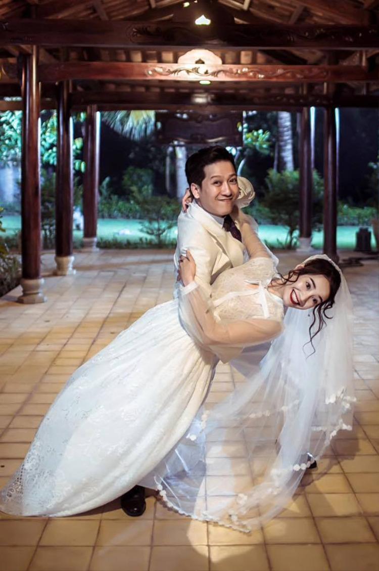 Trường Giang diện vest bảnh bao, ôm hôn cô dâu Nhã Phương thắm thiết