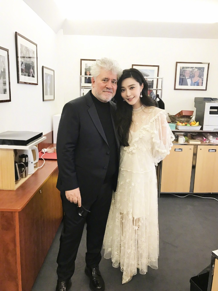 Nữ diễn viên thân thiết chụp hình cùng Pedro Almodovar, một trong những đạo diễn bậc thầy của điện ảnh Tây Ban Nha.