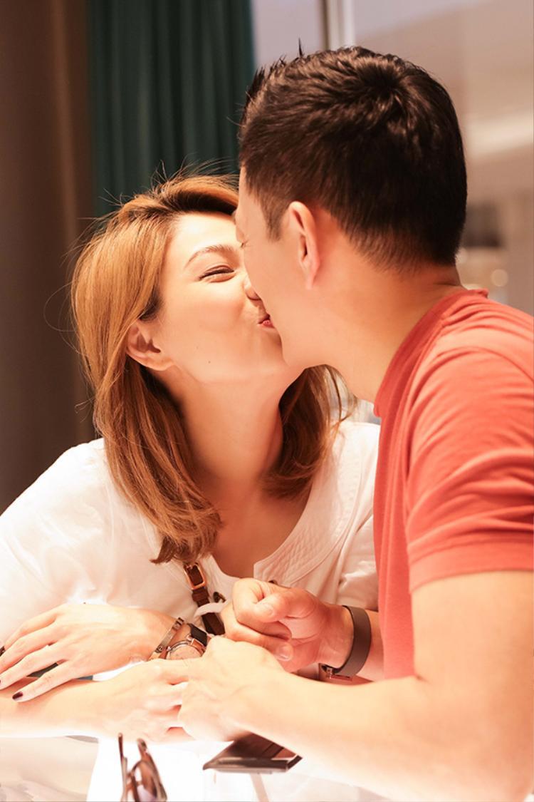 Rồi không ngần trao nhau nụ hôn ngọt ngào.