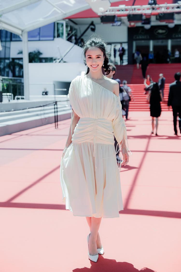 """Xuất hiện trong chiếc váy hở vai, vẻ tinh khôi của cô toát lên tựa như """"nữ thần lạc bước""""."""