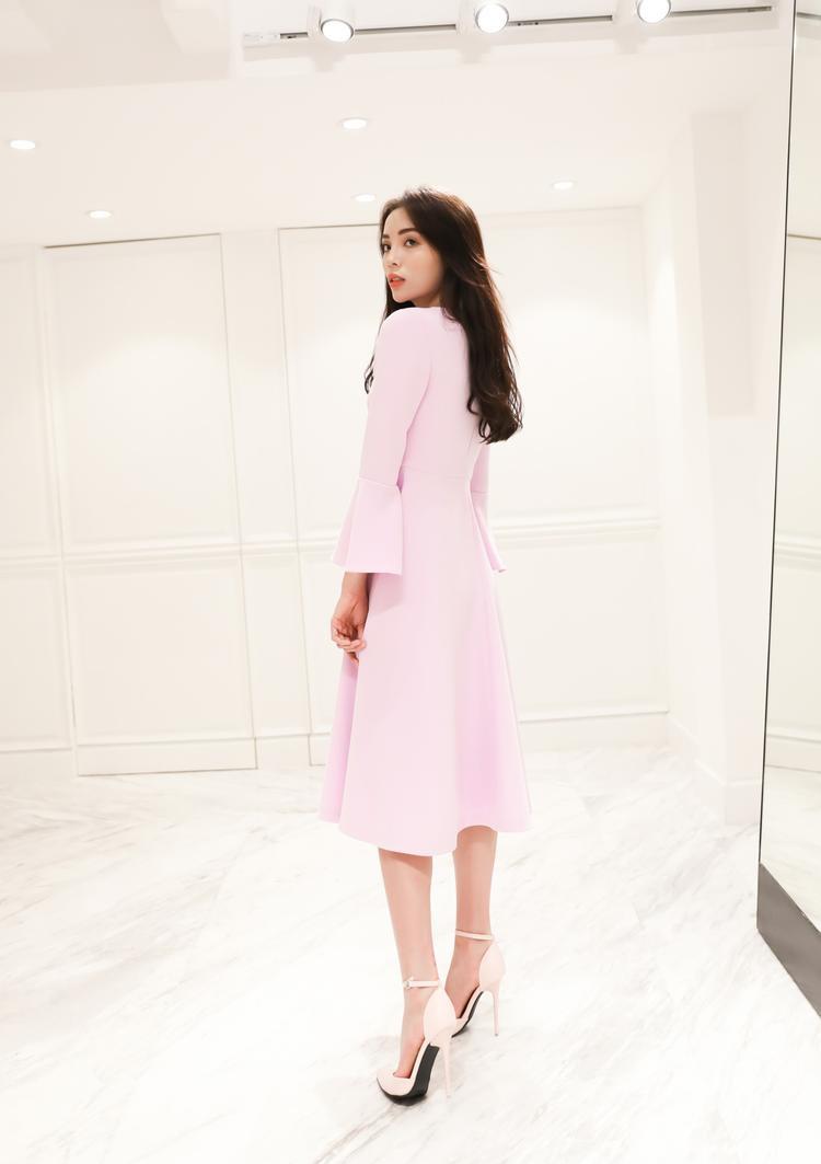 Vốn là phụ nữ hiện đại, Hoa hậu Việt Nam 2014 không khó để lột tảnét hoàn hảo, thanh lịch trong thiết kế này.