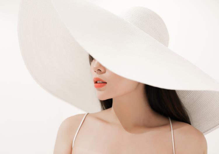 Chiếc mũ rộng vành cũng là điểm nhấn tuyệt vời cho bộ sưu tập Đỗ Mạnh Cường.