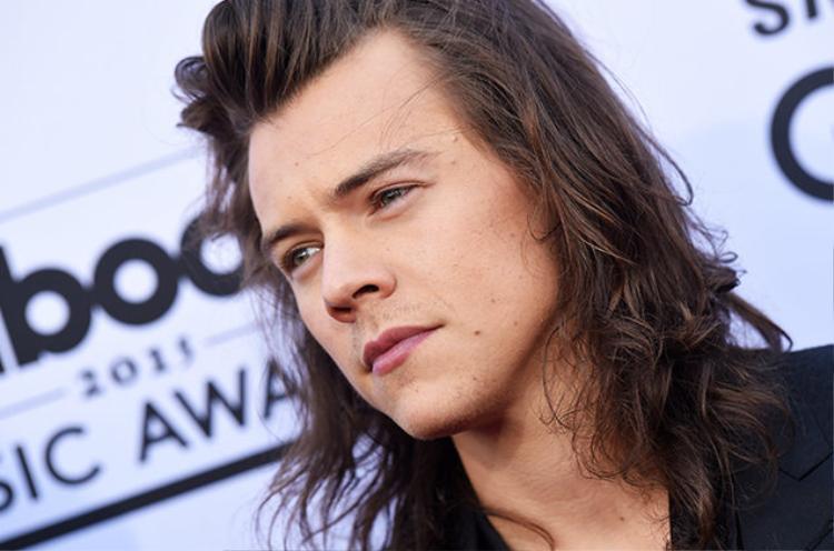 Harry Styles tạm hoãn buổi hòa nhạc để chia buồn cùng các nạn nhân trong vụ đánh bom
