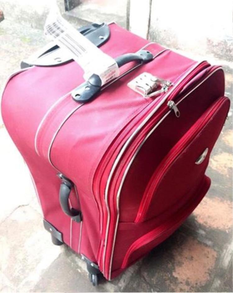 Chiếc vali mới mua bị méo mó chỉ sau 1 chuyến bay được chủ nhân clip đăng tải