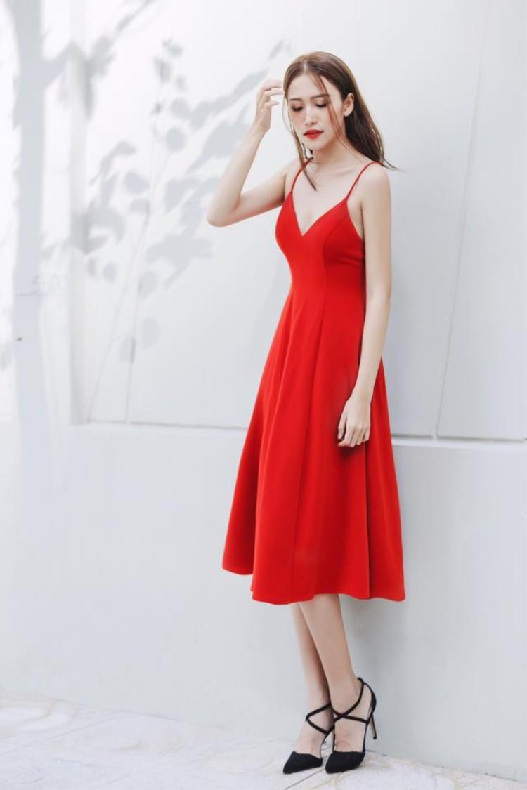 Nữ tính không hẳn phải diện trang phục gam màu trắng hay pastel. Tông đỏ chính là một cách mix-match mới mẻ nhưng vẫn giữ đúng tinh thần mong muốn mang đến hình ảnh nhẹ nhàng, nữ tính.