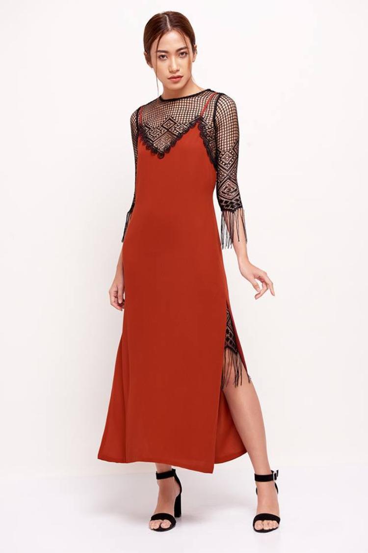 Người đẹp đã có phép thử thú vị trên set đồ nữ tính của mình bằng chiếc áo lưới đen gợi cảm. Đây cũng là tips hay ho dành cho các nàng trong mùa Hè năm nay.