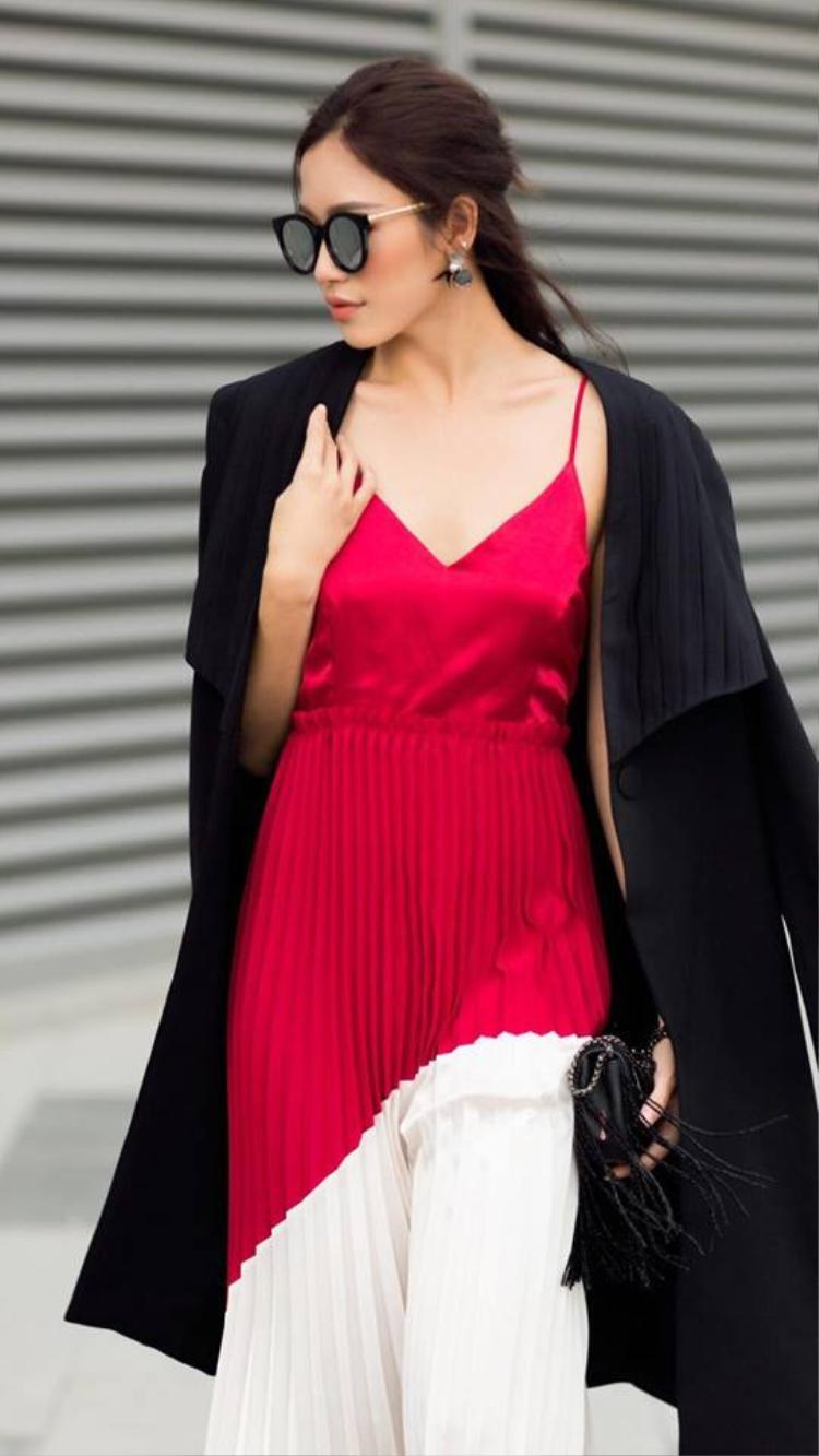 Một chiếc slip dress với chất liệu vải bóng sẽ càng tăng độ quyến rũ cho người mặc nhưng lựa chọn mix cùng áo khoác dáng dài như này mới khiến bạn ghi điểm, nhớ nhé!