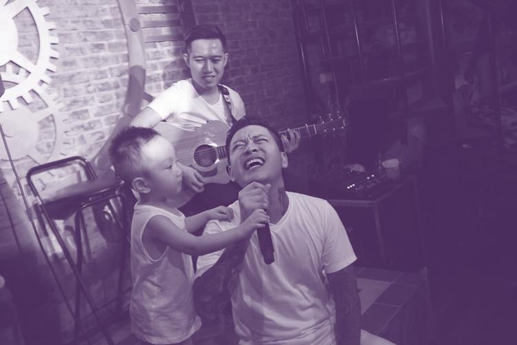 Cậu bé còn lên sân khấu và song ca cùng bố.
