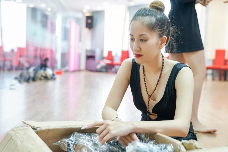 Khánh Thi tay cùng ekip chuẩn bị từng phục trang, đạo cụ và những bài nhạc sẽ được phát trong liveshow.