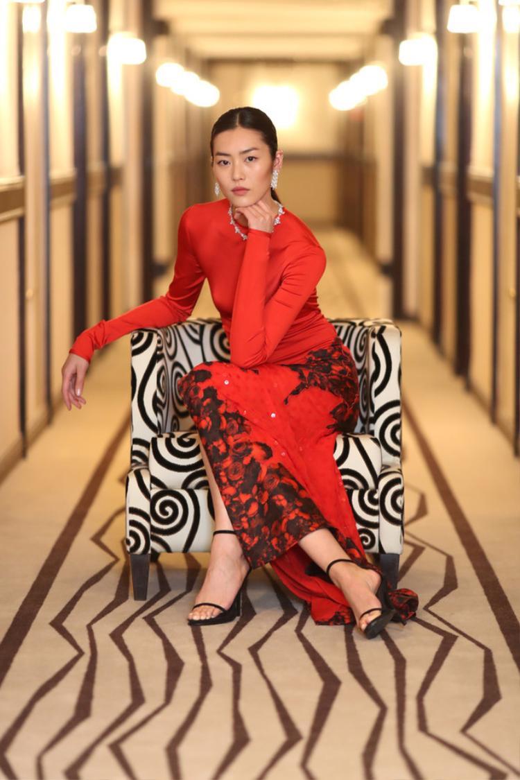 """Lưu Văn cũng không kém cạnh khi """"đụng hàng"""" sắc đỏ với Phạm Băng Băng."""