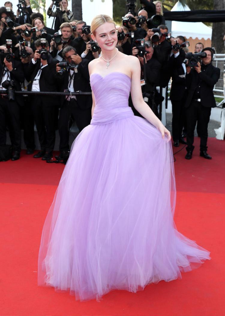 Nữ diễn viên người Mỹ - Elle Fanning như thiên thần trong sắc tím cổ tích.