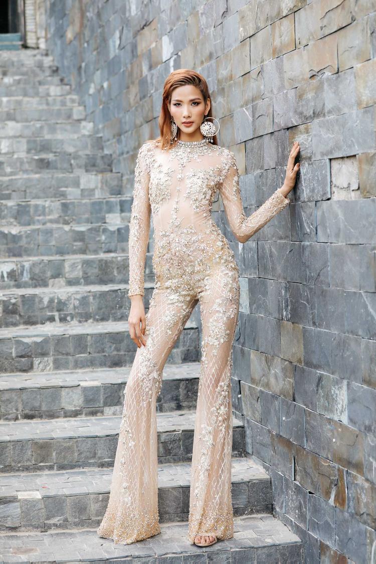 Thiết kế của Đỗ Long giúp Hoàng Thùy khoe được chiều cao nổi trội và có phần nữ tính hơn so với set đồ áo lông 500 triệu của NTK Linh Đoàn trước đó.