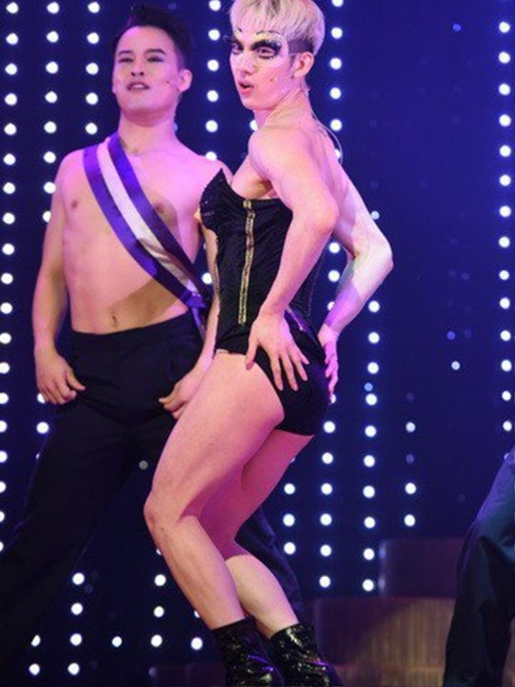Jo Kwon (2AM) nổi tiếng với nhiều màn cộp mác nữ giới y như thật, thân hình mảnh mai của anh chàng trong trang phục bodysuit không kém phần sexy.