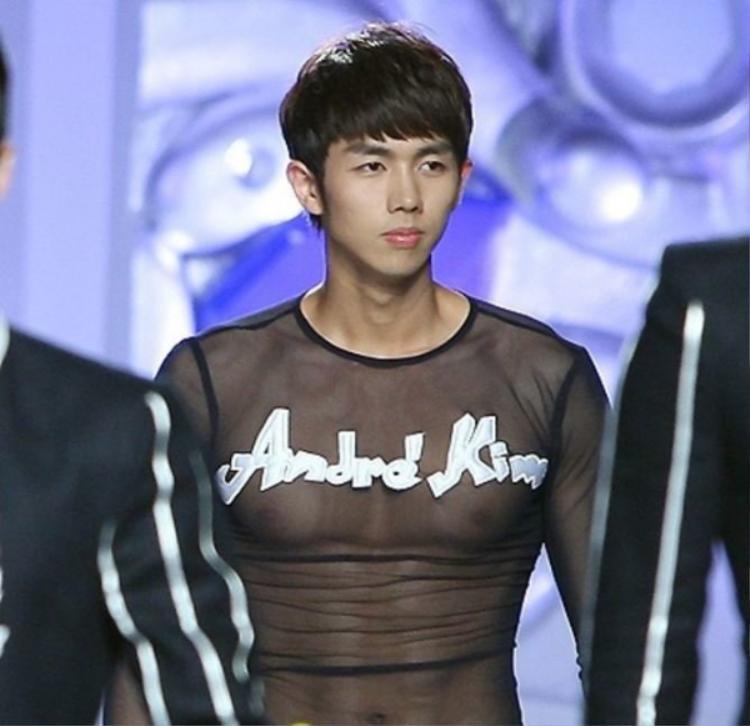 Diện sweater trong suốt ôm trọn thân hình quyến rũ, nam ca sĩSeulong của 2AM đã thành công khi mang đến một cái nhìn mới mẻ và gợi cảm cho trang phục xuyên thấu dành cho nam giới.
