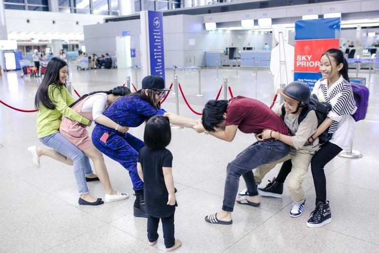 Trong khi chờ làm thủ tục, Phi Nhung thoải mái vui đùa cùng các con nuôi và học trò cưng của mình ngay trong sân bay khiến nhiều hành khách rất thích thú.