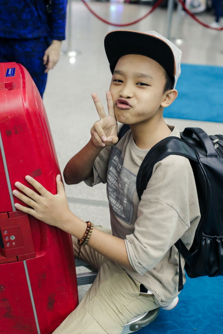 Được biết, vì đây là chuyến xuất ngoại đầu tiên của Quán quân Thần tượng Việt Nam nhí nên cậu bé tỏ ra rất háo hức.