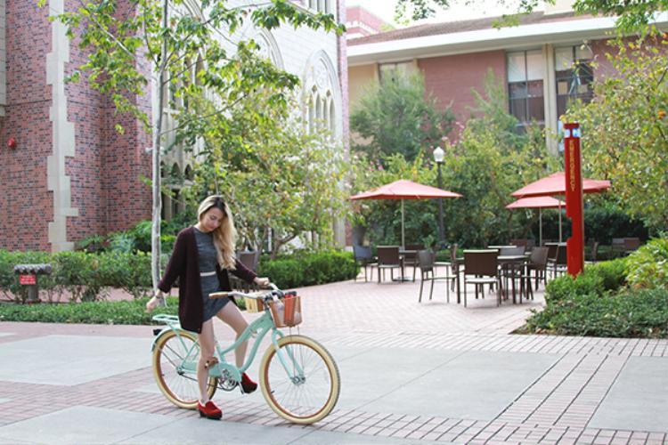 Sinh viên USC di chuyển trong khuôn viên trường bằng các phương tiện khác nhau. Có bạn thì chọn đi trượt ván, có bạn đi scooter, còn có bạn đi bằng giày pa tin. Xuân Nghi thì chọn đi bằng xe đạp mới toanh màu bạc hà của mình.