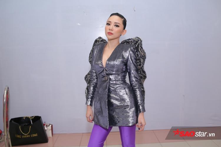 Không phụ kiện và trang sức rườm rà nhưng bộ cánh chất liệu tafta đủ để Tóc Tiên thu hút ánh nhìn.