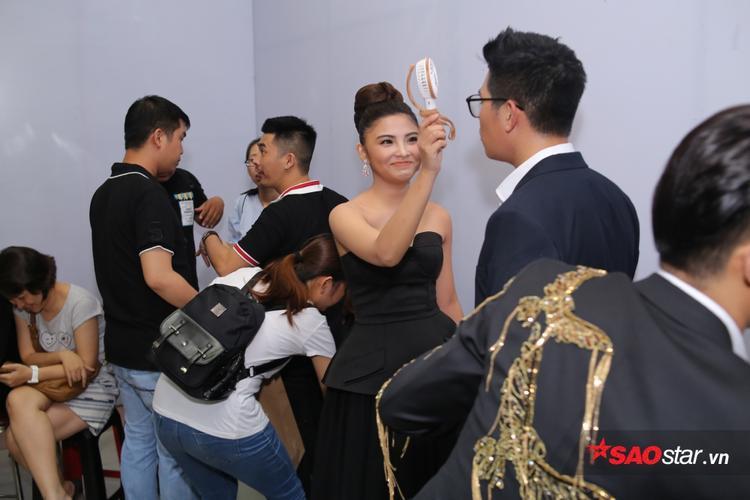 Tóc Tiên được bố hộ tống, Noo Phước Thịnh lau mồ hôi trò cưng trong hậu trường Chung kết The Voice