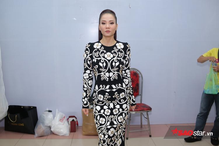 HLV Thu Minh xinh đẹp quyến rũ nhưng vô cùng sang trọng với đầm hoa.