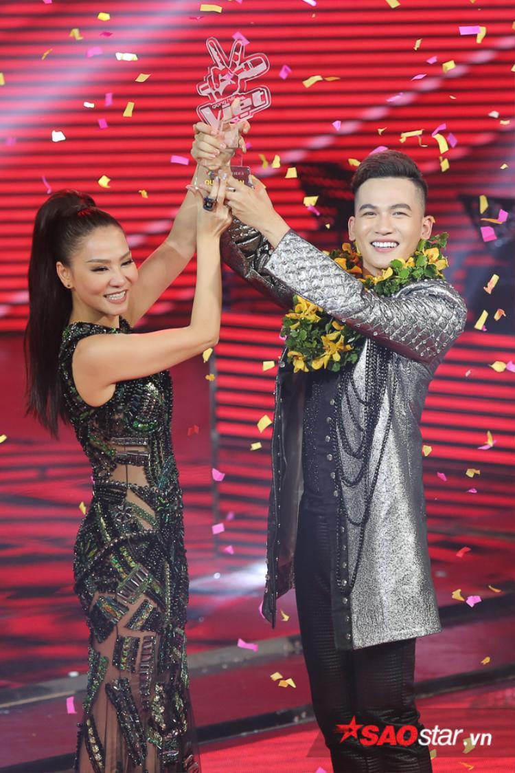 Với số lượng bình chọn áp đảo hơn 33.91%, Ali Hoàng Dương chính thức trở thành Quán quân Giọng hát Việt - The Voice 2017.