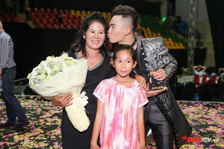Quán quân The Voice 2017 tình cảm bên mẹ.