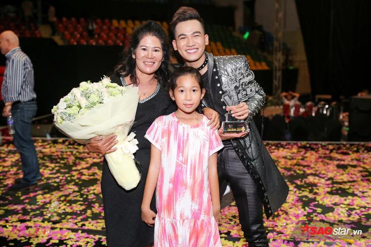 Đến tham gia và cổ vũ cho anh chàng trong đêm Chung kết, có lẽ khoảnh khắc bên mẹ là điều quý giá nhất mà Ali có được sau đêm thi này.