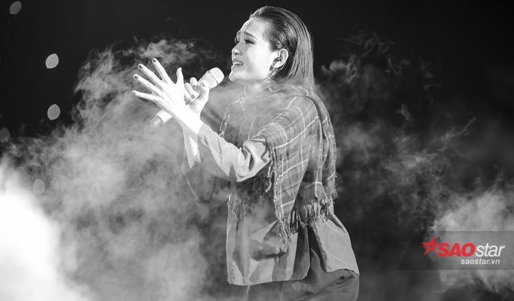 Hiền Hồ nhập tâm với ca khúc Đời vô cùng ý nghĩa trên sân khấu.