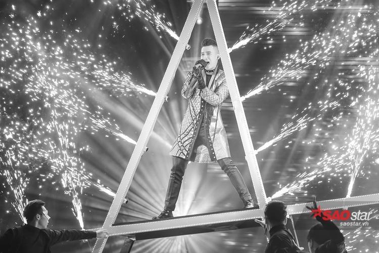 Ali Hoàng Dương dữ dội và đầy năng lượng trên sân khấu với ca khúc mang phong cách rock kết hợp hát xẩm - Trắng Đen (st Hồ Hoài Anh).