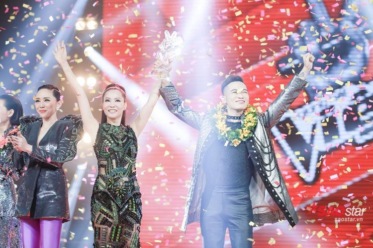 Ali Hoàng Dương hạnh phúc nhận giải bên cạnh người thầy Thu Minh.